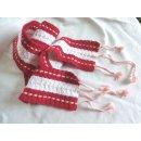 Rot-weißer Häkelschal mit rosa Durchzug